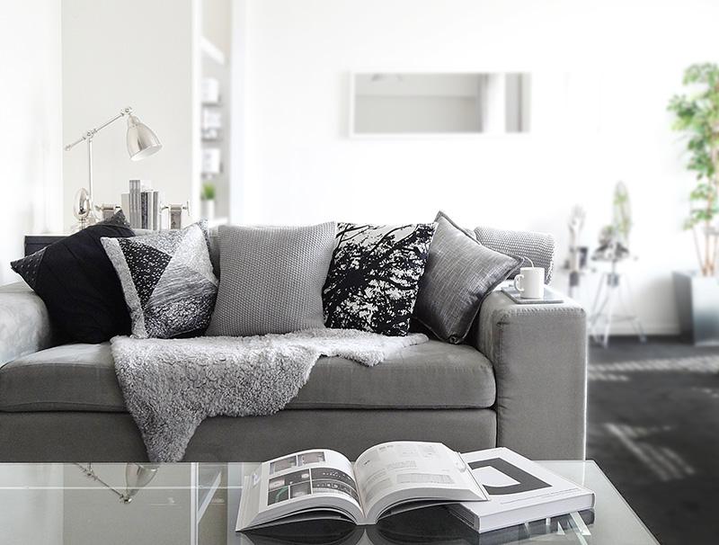 上品でオシャレなグレー色のソファで自慢したくなるインテリアに!のサムネイル画像