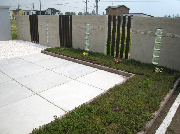 【タイル】お庭やベランダにコンクリートタイルでおしゃれに変身!のサムネイル画像