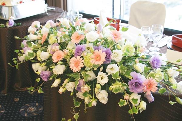 【結婚式のおしゃれな節約術】テーブル装花を半額以下で仕上げる方法のサムネイル画像