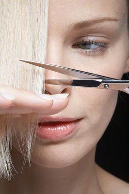 自分で散髪する?節約にもなるセルフカットのコツをご紹介します!のサムネイル画像