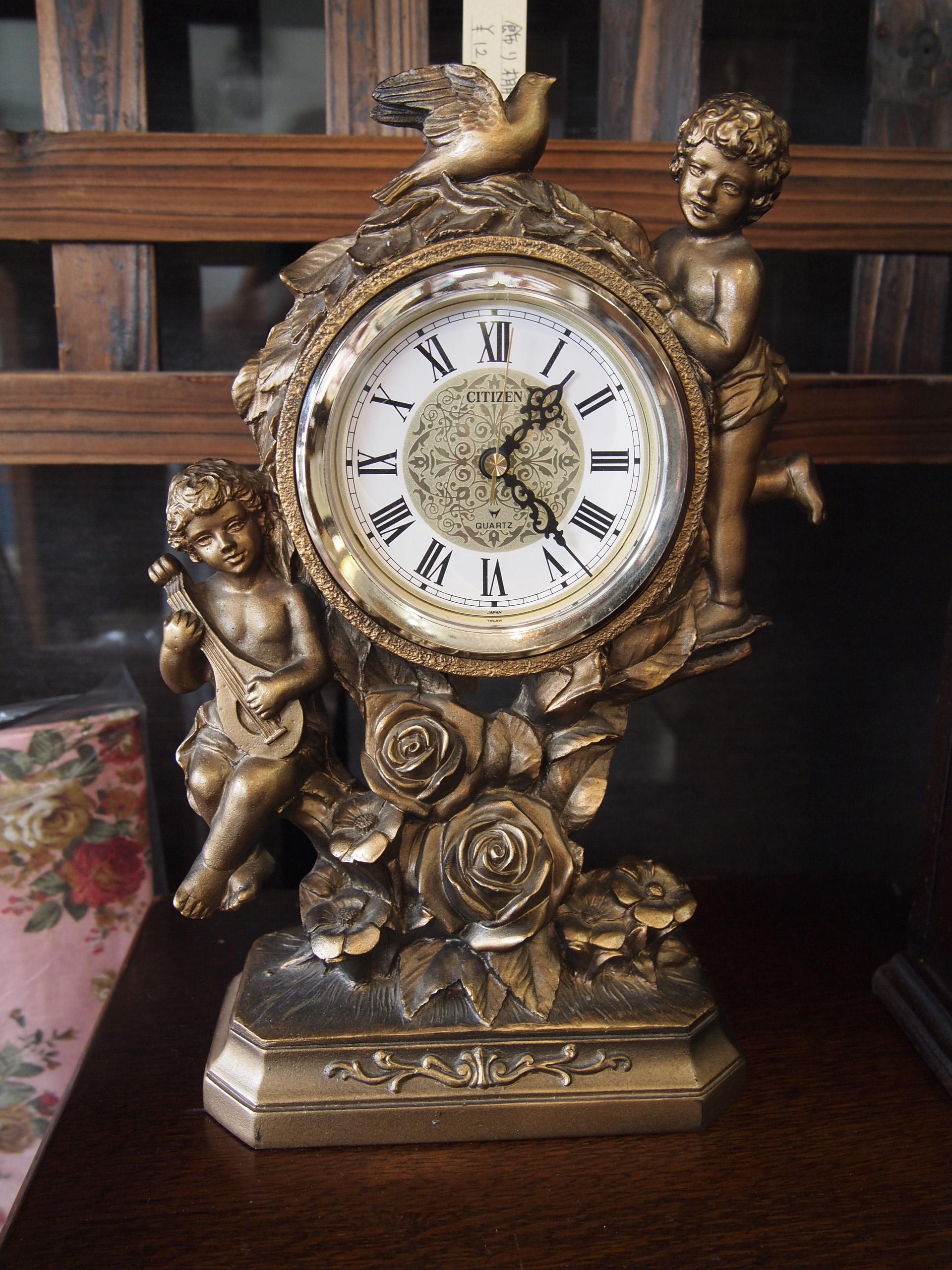 アンティークな置時計でレトロ感あふれる魅力的なお部屋を楽しもう!のサムネイル画像