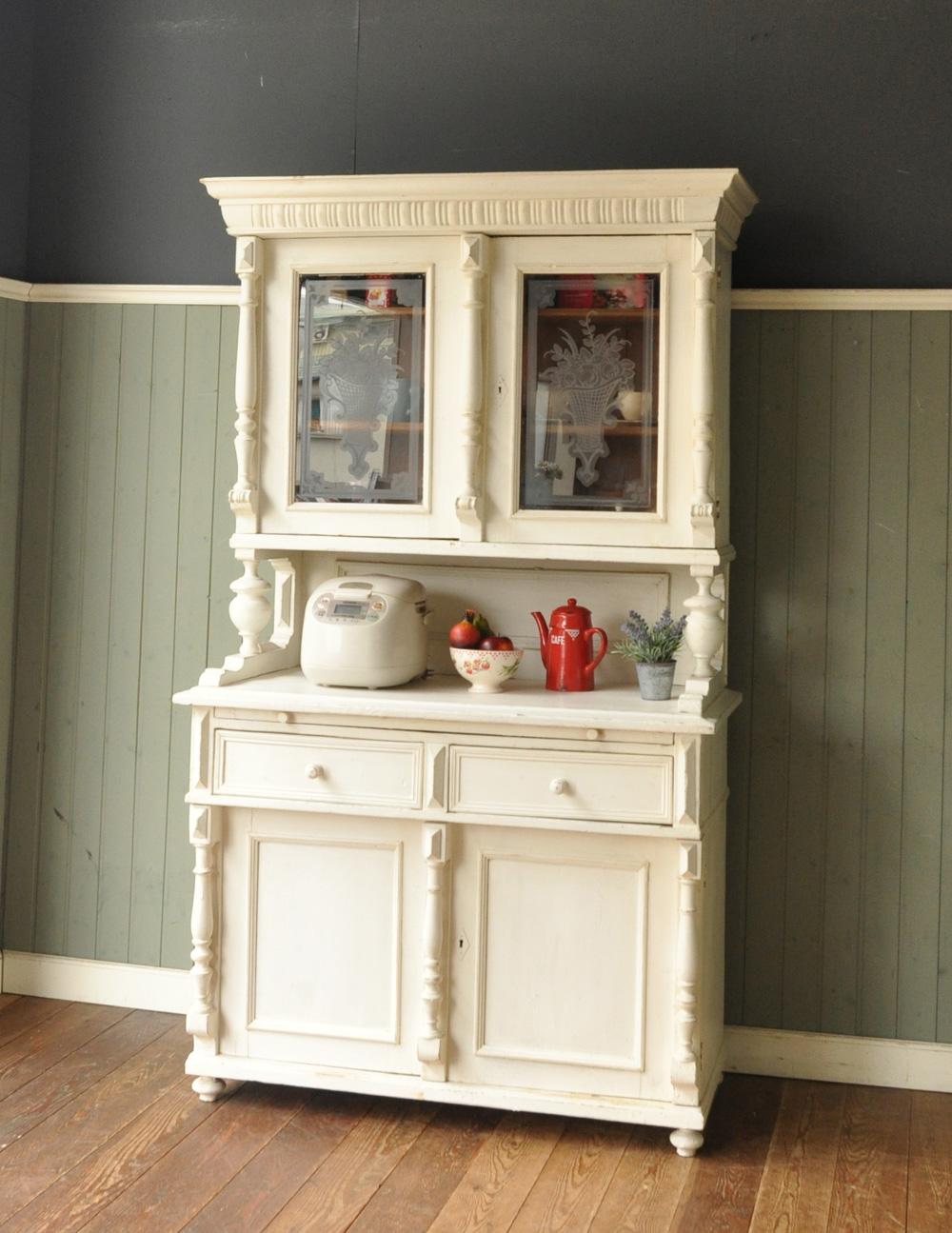 ただの収納じゃない!おしゃれと便利さの融合、アンティークな食器棚のサムネイル画像