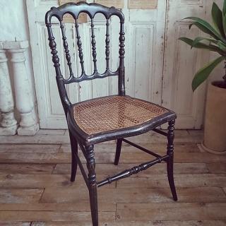 注目アイテム!!アンティークな椅子で趣きあるインテリアに♪のサムネイル画像