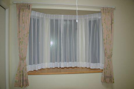 お住まいの、出窓に取り付けるカーテン。レースカーテンもあります!のサムネイル画像