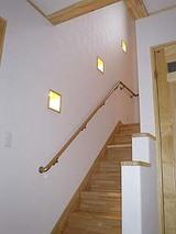暗いイメージの階段…照明を工夫すれば明るく生まれ変わります✩のサムネイル画像