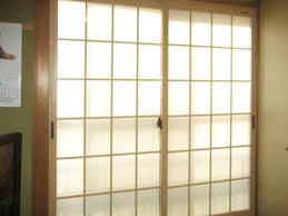 時代がどんなに変わっても日本の心はそこにある。和室のモダンな窓のサムネイル画像