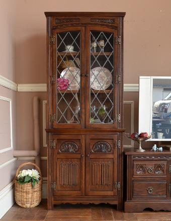使うべきか、飾るべきか?アンティーク食器棚という空間の使い道のサムネイル画像