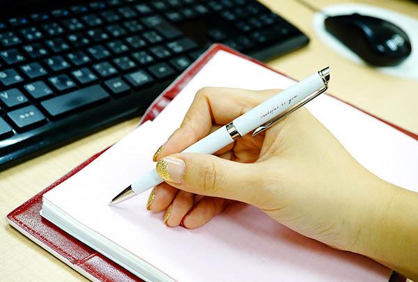 ステキな女性へ贈りたい文房具!! ネイルに映える可愛いボールペンのサムネイル画像