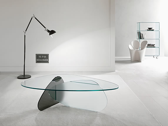 ガラスのローテーブルでワンランク上の大人コーディネートを楽しむ♡のサムネイル画像