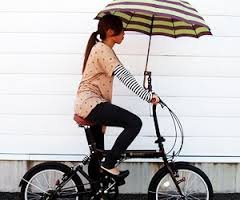 大阪ではお馴染み?便利な自転車用傘スタンドの使い方とは?のサムネイル画像