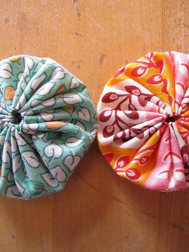 余った布がおしゃれに生まれ変わる♡ヨーヨーキルトの作り方のサムネイル画像