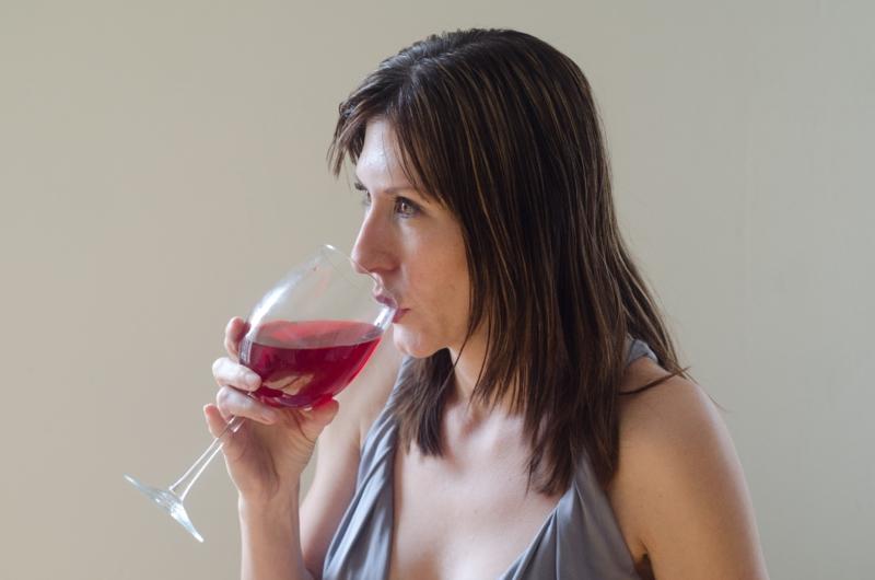 ワイングラスの正しい持ち方で素敵なレディに変身しましょう!のサムネイル画像