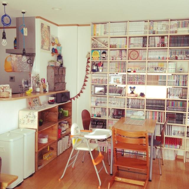 趣味の空間を楽しむ。壁一面の本棚は収納も兼ねたインテリア。のサムネイル画像