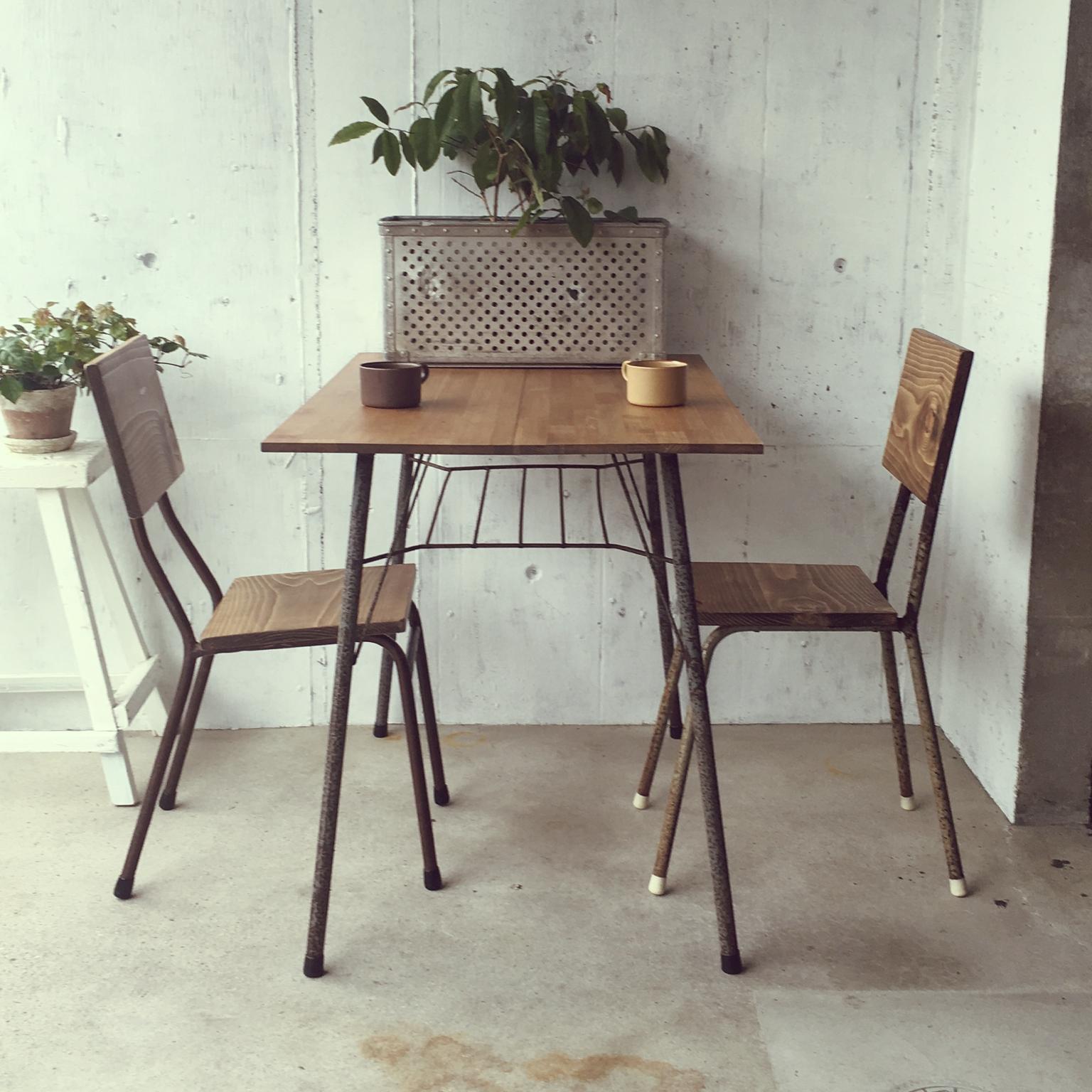 おしゃれなアンティーク調の机と椅子が手に入るショップはどこ?のサムネイル画像