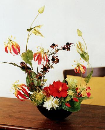 枯れることなく半永久的に。和風の造花は何ちゃって生け花か否かのサムネイル画像