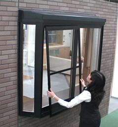 【各種窓に対応】網戸の掃除してる?簡単にできる網戸の外し方のサムネイル画像