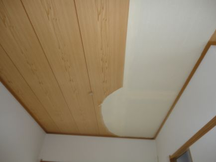 【DIY】天井の壁紙張替えは自力でできる!あなた好みの壁紙に!のサムネイル画像