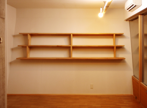 壁掛け本棚でおしゃれに収納!スペースの有効利用にとてもおすすめ!のサムネイル画像