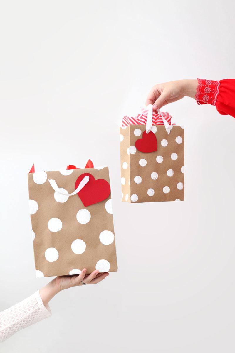 セルフラッピングで愛情たっぷり♡センス抜群なプレゼント用紙袋のサムネイル画像