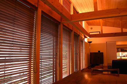 お部屋に温かみを与える木製ブラインドのある生活空間の作り方のサムネイル画像
