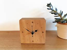 【おしゃれな置き時計6選】部屋のを明るく彩るおすすめ置き時計は?のサムネイル画像